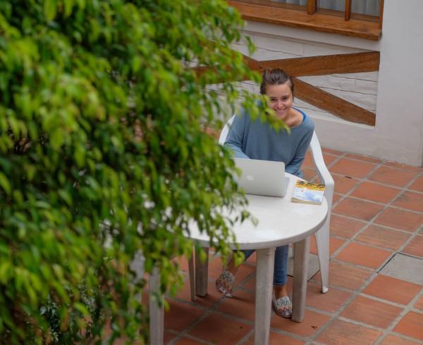 Trabajar en el patio con el sol de quito