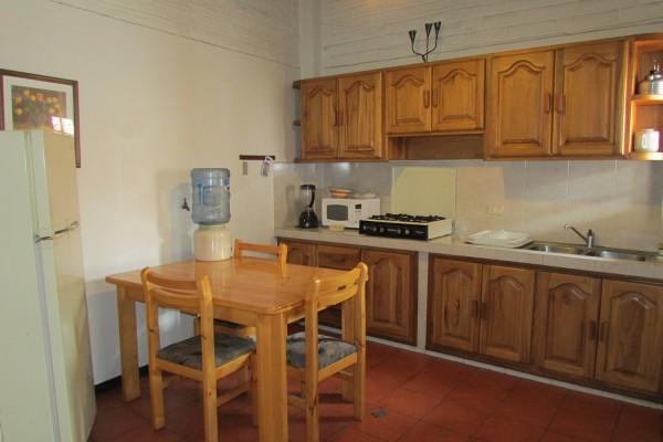 Cocina y comedor junto a la sala de estar. Apartamento con un dormitorio.